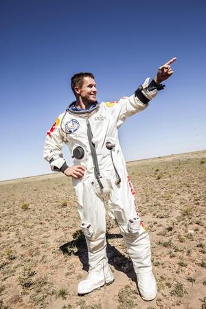 """""""Algunas veces tú tienes que ir realmente alto para entender qué tan pequeño es uno"""", dijo Baumgartner en la rueda de prensa ofrecida luego de su salto en Roswell, Nuevo Mexico."""