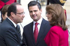En su encuentro Peña Nieto y Hollande, sonrientes, intercambiaron frases de cortesía en su saludo, mientras que las señoras hacían lo propio en un acto que, de acuerdo con la prensa francesa, era la primera vez que realizaba la compañera del mandatario de este país.