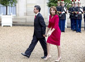 En punto de las 13:00 horas tiempo local, Peña Nieto y su esposa Angélica Rivera llegaron al Palacio de Elíseo.
