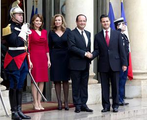 El presidente electo de México, Enrique Peña Nieto fue recibido por el mandatario francés Francois Hollande en una ceremonia protocolaria utilizada sólo para jefes de Estado.