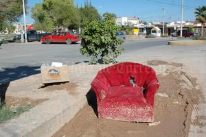 A la altura de la calle Del Pescador, se colocó un sillón, justo sobre una zona donde existe una fuga de agua.