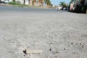En general, el pavimento de toda la vialidad se encuentra afectado por la lluvia, la falta de bacheo y hasta los escombros que constantemente se dejan en la zona. Los mismos vecinos aseguran que es urgente un mejor suelo para evitar accidentes