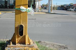 El cable de los postes de alumbrado es robado en muchas ocasiones, en su lugar colocan basura y desechos.
