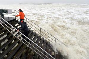 'La mayor amenaza es el oleaje y la subida del nivel de agua del mar', que podría poner en riesgo vidas humanas, indicó en Miami Todd Kimberlaind, portavoz del CNH.