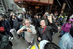 Muchos curiosos no perdieron la oportunidad de tomar fotos a la grúa gigante que se desprendió de forma parcial en la ciudad de Nueva York.