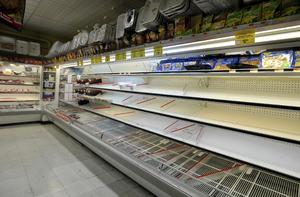 Miles de residentes de Nueva York se volcaron a las tiendas de comestibles para comprar todo lo necesario para afrontar la llegada de la llamada 'supertormenta'.