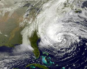 Algunas zonas bajas de Nueva York y Nueva Jersey comenzaron a sufrir hoy inundaciones y cortes de electricidad antes de la llegada del huracán 'Sandy'.