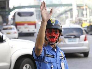 Incluso agentes de transito lucieron mascaras de Halloween.
