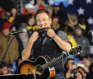 """Springsteen, que acompañó al presidente en sus tres mítines de este lunes en Madison (Wisconsin), Columbus (Ohio) y Des Moines, afirmó a su vez que dio su apoyo a Obama en 2008 y que ahora lo vuelve a hacer porque es un hombre """"honesto"""" con los ciudadanos."""