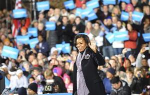 """""""Estoy muy orgullosa de mi marido, un hombre honesto (...) Incluso antes de que la gente supiera su nombre, ustedes vieron lo que yo veía en él"""", dijo Michelle a los votantes de Iowa."""