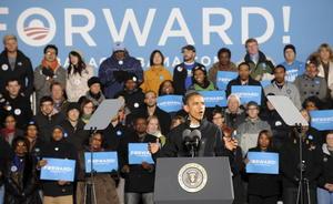 """Obama recordó, como en todos sus mítines, que los estadounidenses deben elegir este martes entre """"dos visiones muy distintas"""" de país y repasó el """"progreso real"""" de estos últimos cuatro años, traducido en logros como el rescate a la industria del automóvil, el fin de la guerra de Irak, la reforma sanitaria y la muerte de Osama Bin Laden."""