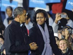 """Michelle Obama fue la encargada de presentar a su marido, con quien se fundió en un largo abrazo, y destacó también que fue en Iowa """"donde todo comenzó"""" al dar las gracias a sus ciudadanos por haber creído desde un principio en el actual presidente."""