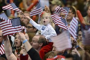 Los candidatos Barack Obama y Mitt Romney enfilaban al cierre de la más costosa campaña política en la historia de Estados Unidos sin ceder terreno, cuello a cuello y sin un claro margen que haga anticipar al vencedor.