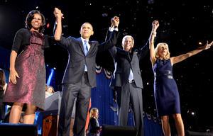 Obama estuvo acompañado de su esposa Michelle y de sus hijas Saha y Maila, y al finalizar su discurso se acercó su compañero de fórmula el vicepresidente Joe Biden y su esposa Jill.