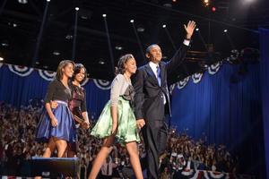 """Obama aseguró que lo mejor """"está por llegar"""" para su país, durante su discurso de victoria en Chicago, arropado por su mujer y sus hijas."""