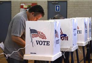 Las elecciones generales en Estados Unidos se desarrollaron  en medio de denuncias sobre el mal funcionamiento de máquinas de votación, largas filas e información errónea sobre los sitios de sufragio, según reportes de prensa.