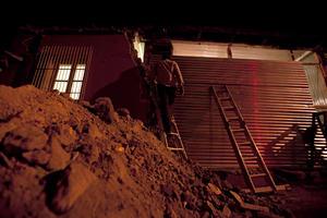 En las calles de la ciudad, decenas de casas se convirtieron en escombros mientras que cuerpos de emergencia ayudaban a rescatar a personas que naufragaron en los escombros de los derrumbes de las viviendas.