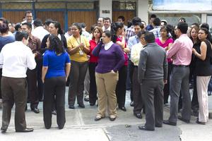 El sismo provocó caos entre las personas que se encontraban trabajando.