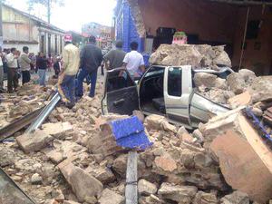 Un fuerte sismo de 7.4 grados de magnitud sacudió el litoral pacífico de Guatemala, mató al menos a 48 personas en dos provincias al tumbar gruesas paredes de adobe,  y provocar una estampida de aterrorizados aldeanos.