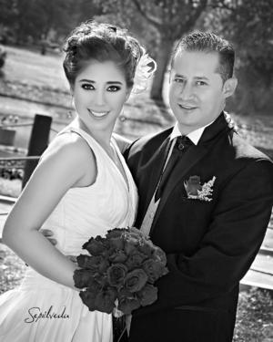 SRITA. LORENA Viesca Acosta y Dr. Marco Antonio Burgos, el día de su matrimonio.- Sepúlveda Fotografía