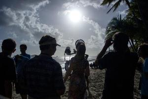 El eclipse total de Sol alcanzó su plenitud alrededor de las 6:39 hora local (20:39 gmt) sumiendo a una zona del norte del estado de Queensland en la oscuridad por poco más de dos minutos.