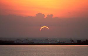 En la zona insular y continental de Chile el eclipse llegó a su punto máximo a las 19:44 hora local (22:44 GMT) y según los expertos duró casi cuatro minutos.