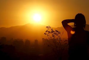 En Chile, cientos de personas pudieron observar el eclipse de sol parcial que se registró en ese país, que ya disfruta de altas temperaturas, y que coincidió con la puesta del astro rey.