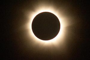 Miles de australianos y visitantes de otros países disfrutaron  en el norte de Australia un eclipse total de Sol, el primero visible en la región desde 2002.