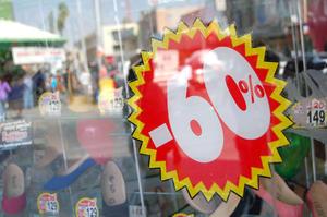 Descuentos de hasta el 60 por ciento llamaron la atención en algunas tiendas del centro.