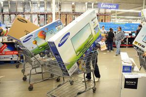 Carritos repletos de mercancía, principalmente pantallas planas gigantes, aparatos electrónicos y línea blanca se podían apreciar en distintas tiendas.