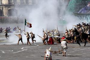 """En la Tribuna de enfrente había un mosaico con los colores nacionales y se escucho el grito """"Viva México""""."""