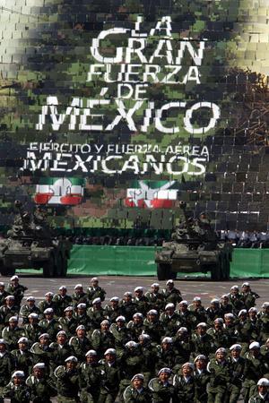 Calderón otorgó ascensos a más de 140 militares y encabezó un desfile castrense en el Zócalo, donde unos ocho mil soldados escenificaron varios momentos clave de la Revolución.