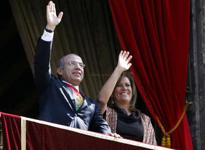 El presidente Felipe Calderón Hinojosa, y su esposa, Margarita Zavala, tomaron unos segundos para agitar su mano derecha, a manera de despedida.