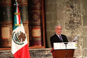 """En su discurso tras recibir el galardón en la capital mexicana, el escritor hispano-peruano describió el aporte particular de Fuentes al """"boom"""" latinoamericano, del que se cumplen cincuenta años, y el valor universal de toda su obra literaria."""
