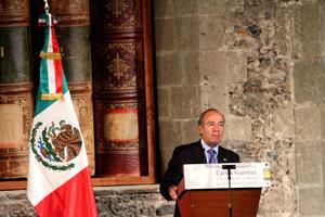 Calderón destacó también la obra del escritor mexicano y el valor literario de Vargas Llosa.
