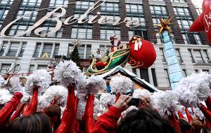 No podía faltar Santa Claus en el espectacular desfile. (AP)