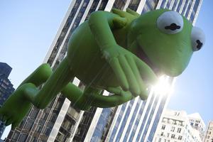 El globo de Kermit the Frog mejor conocido como la Rana René. (AP)