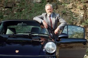 5 de abril. Ferdinand Alexander Porsche, creador del popular vehículo Porsche 911 e iniciador de diversos diseños de esta firma alemana, falleció a los 76 años en Salzburgo.