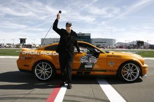10 de mayo. Carroll Shelby, el legendario piloto de automovilismo y diseñador de vehículos deportivos que construyó el mítico auto Shelby Cobra e inyectó poder al Ford Mustang y al Chrysler Viper, falleció a la edad de 89 años.