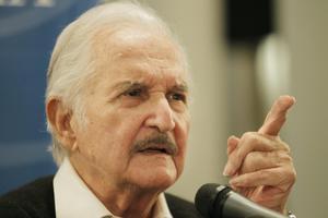 """15 de mayo. El escritor mexicano Carlos Fuentes, una de las principales plumas del """"boom"""" latinoamericano, murió en la capital de su país, a los 83 años, dejando un gran hueco en las letras hispanas que será difícil de llenar."""