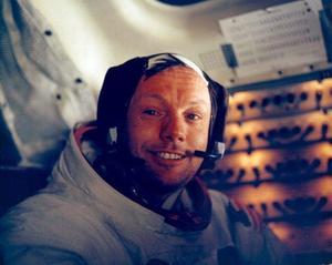 25 de agosto. El primer hombre en pisar la luna, el estadounidense Neil Armstrong, murió a los 82 años en Ohio (EE.UU.), días después de superar una operación de corazón, según informó su familia en un comunicado.