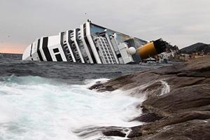13 de enero. Italia | Escenas del 'Titanic' se revivieron a bordo del buque crucero Costa Concordia, con cuatro mil 200 personas bordo, que encalló en un banco en las inmediaciones de la pequeña isla de Giglio, situada en aguas de la región italiana de Toscana.