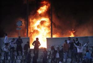 1 de febrero. Egipto | Por lo menos 73 personas murieron en Egipto, luego que los fanáticos de dos clubes rivales de fútbol invadieron la cancha, en una batahola con piedras y palos que provocó una estampida, según informes de la televisión estatal.