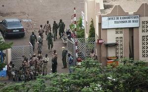 22 de marzo. Mali | Decenas de militares con guarnición en un cuartel situado a 15 kilómetros de Bamako tomaron la sede de la televisión de Mali y las principales arterias de la ciudad tras negarse a ser movilizados para combatir contra los independentistas tuareg que se levantaron en armas en el norte del país.