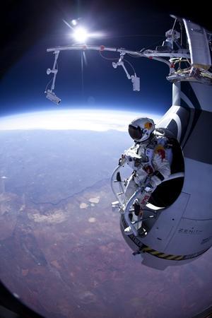 14 de octubre. Hazaña | El deportista de alto riesgo austríaco Felix Baumgartner tocó tierra sano y salvo tras lanzarse desde la estratosfera, a más de 39,000 metros de altura, para convertirse en el primer ser humano en tratar de romper la velocidad del sonido en caída libre.