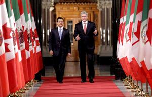 Enrique Peña Nieto y el primer ministro canadiense Stephen Harper, caminaron en el Salón de Honor del Parlamento en Ottawa.