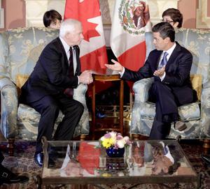 Peña Nieto, inició la jornada de trabajo en Canadá con una reunión con el gobernador general de Canadá, David Johnston, quien ejerce como jefe de estado en representación de la reina Isabel II de Inglaterra.