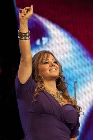 9 de diciembre. La cantante Jenni Rivera, quien debutó en el terreno musical en 1992, pero fue en el año 2000 cuando se consagró con el éxito Las Malandrinas, falleció luego de que la aeronave en que se trasladaría de Nuevo León al Estado de México se desplomó.