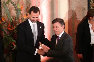 El príncipe de Asturias Felipe de Borbón  y el presidente de Colombia Juan Manuel Santos asistieron a una cena que ofrece el mandatario saliente de México, Felipe Calderón, en el Palacio Nacional.