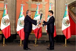 En el traspaso del poder, poco después de la medianoche del viernes al sábado, el mandatario saliente, Felipe Calderón, entregó la bandera de México a Peña, del Partido Revolucionario Institucional (PRI) y ganador de las elecciones del 1 de julio pasado, para simbolizar el relevo en la Presidencia.